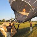 Als de ballon eenmaal met koude lucht is gevuld, worden de gasbranders aangezet om de lucht in de ballon te verwarmen. Door de hete lucht richt de ballon zich op.